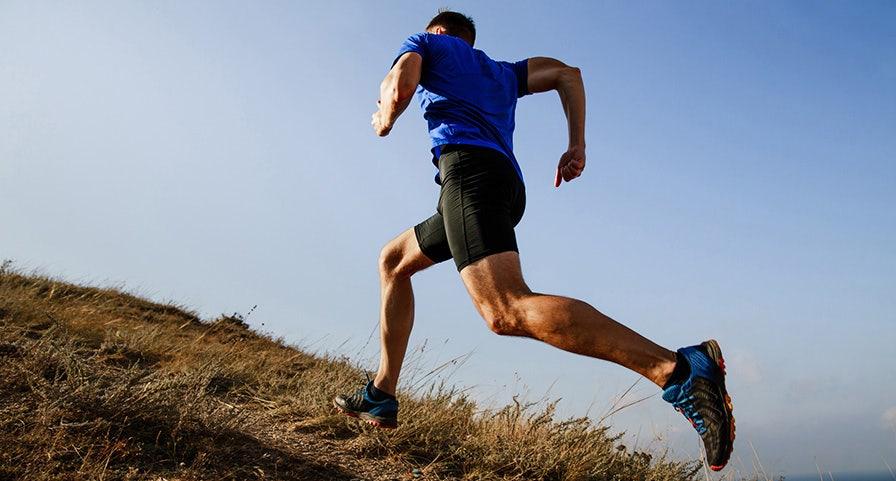 Runner homme en montée