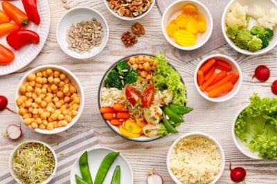 plats de fruits et légumes crus, féculents, germes