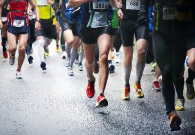 groupe de marathoniens sur route