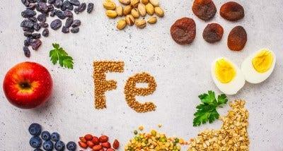symbole chimique du fer écrit en fruits secs