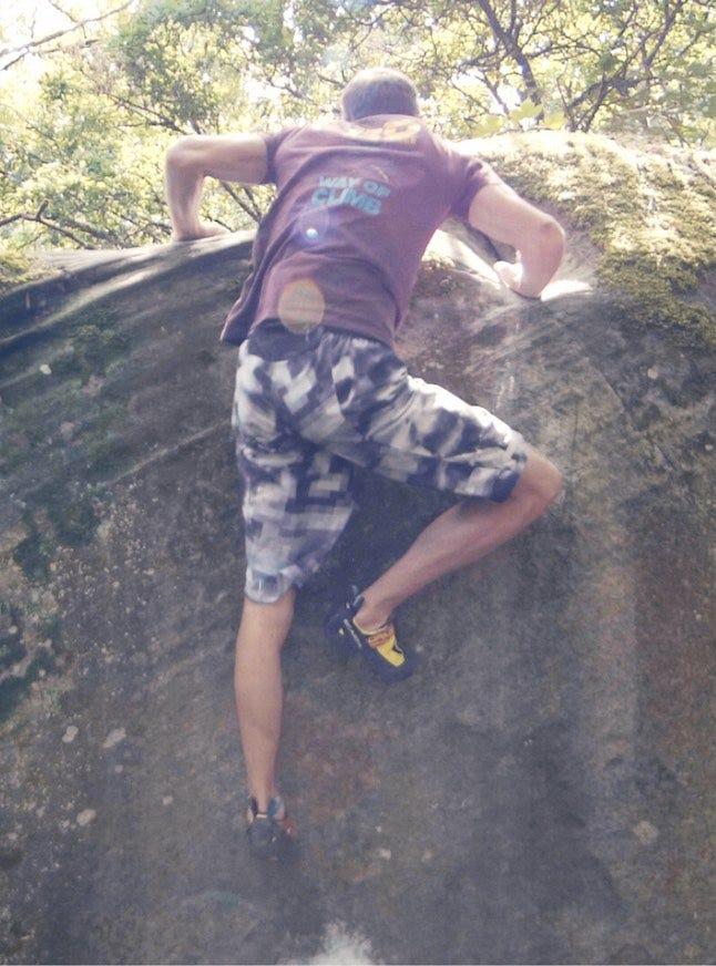 Manu Cornu, champion de France de bloc, lors d'une séance de grimpe en exterieur