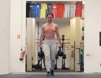 jeune femme portant des poids pendant une séance de Crossfit