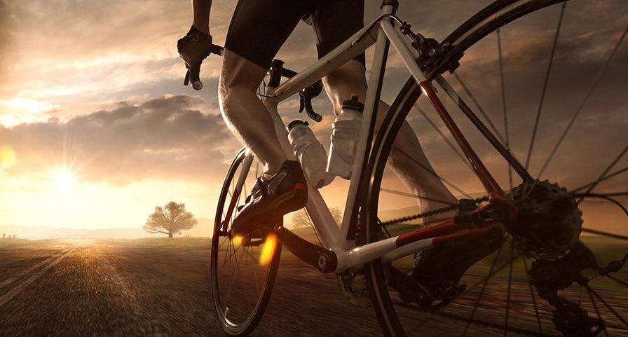 Cycliste avec gourdes sur le vélo