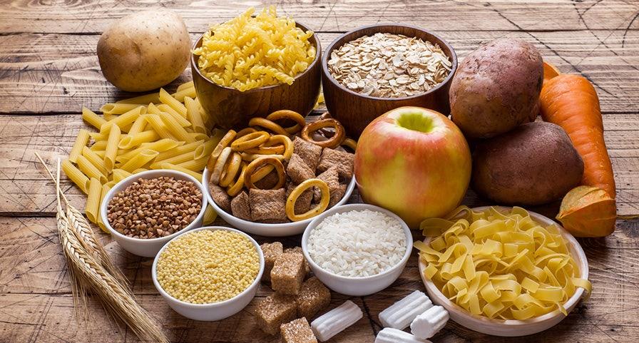 Plateau de céréales complètes, féculents, fruits et légumes crus