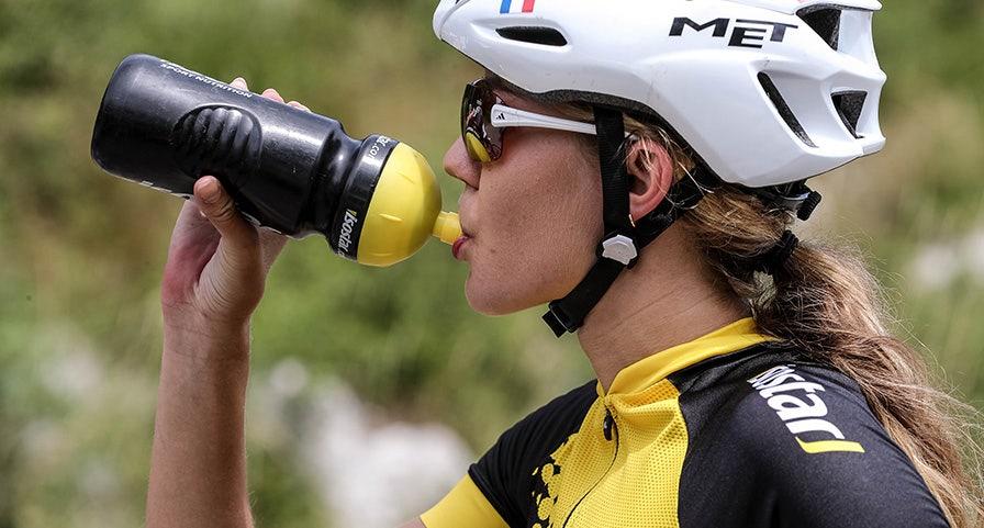 Cassandre Beaugrand, triathlète française, s'hydratant pendant l'épreuve de vélo