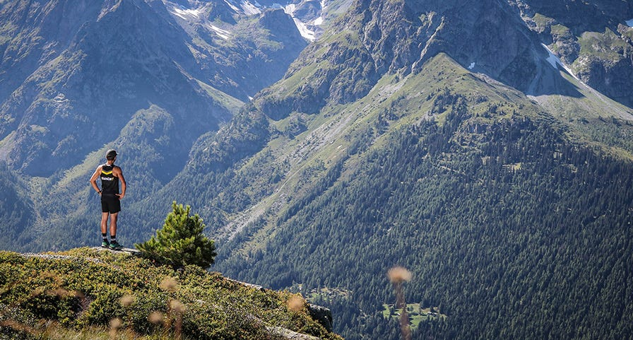 Trailer à l'arrêt face à la montagne