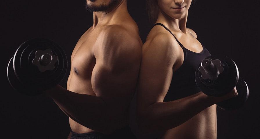 Un homme et une femme dos à dos avec une haltère à la main
