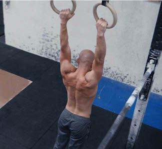 Homme lors d'un entrainement de renforcement musculaire avec anneaux de gymnastique