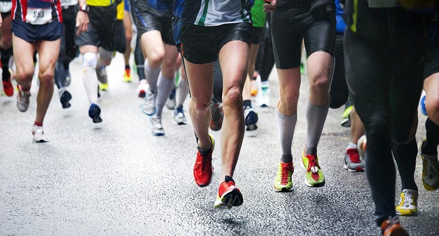 Groupe de marathoniens, plan des jambes