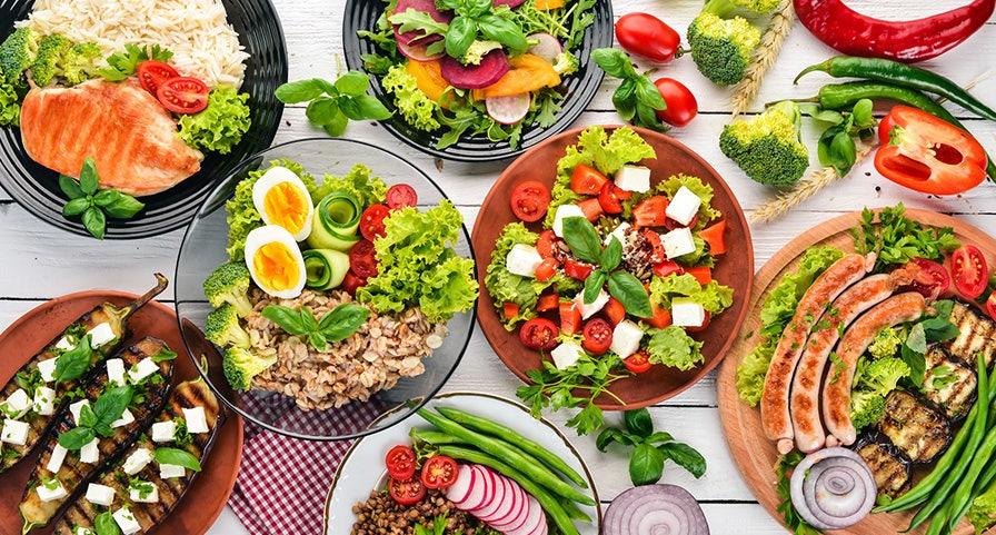 plats de crudités, légumes grillés, riz, viandes blanches, poissons