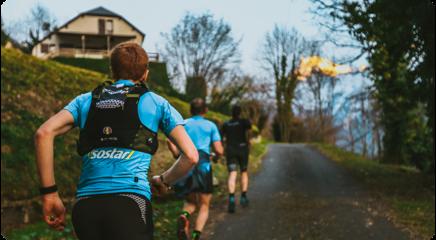 Coureurs avec maillot Isostar lors d'un trail