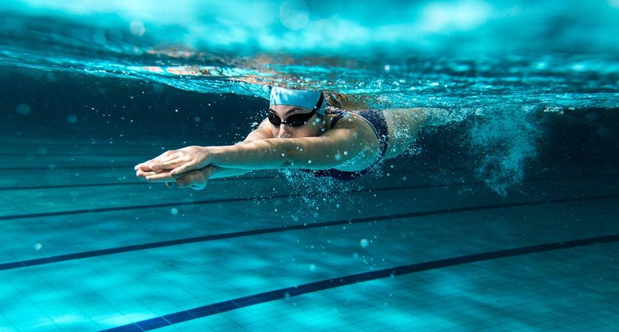Coulée d'une nageuse pendant une épreuve de natation